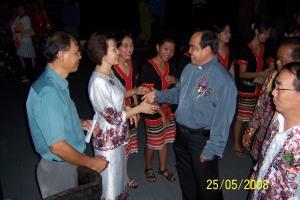 YANG DIRAIKAN... Para hadirin mengalu-alukan ketibaan Fr William Sabang pada majlis makan malam